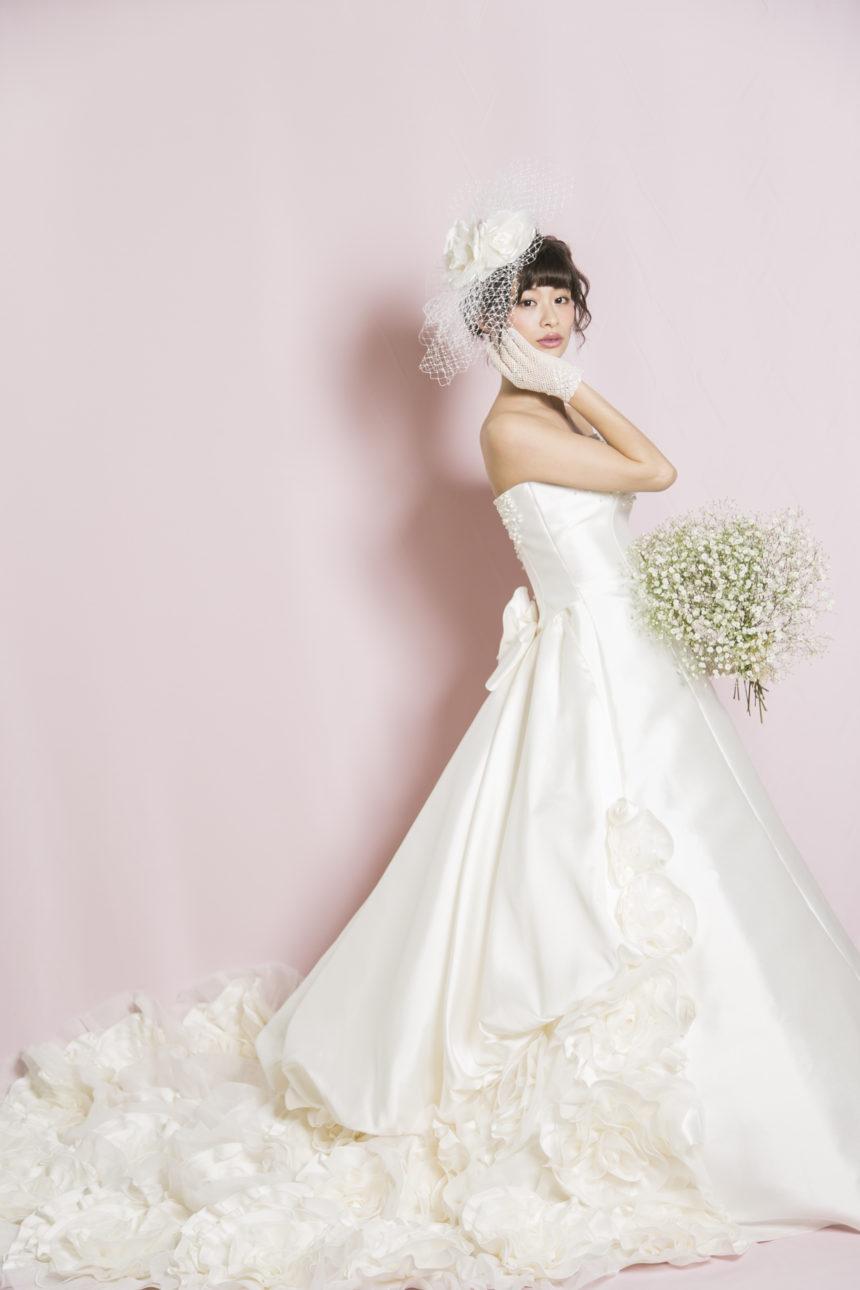 かすみ草のブーケを持つ花嫁