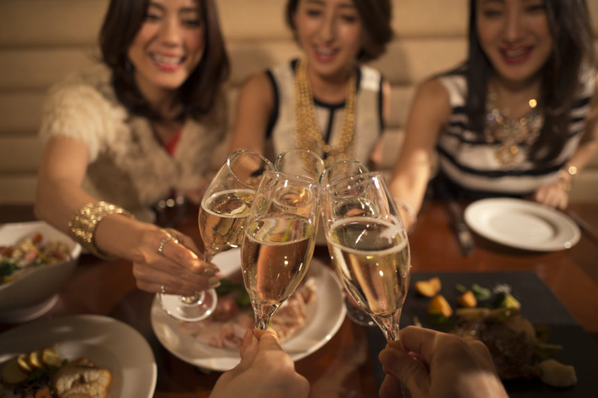 二次会で乾杯する女性たち