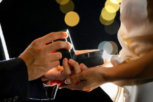 指輪をプレゼントする男性 長崎 結婚