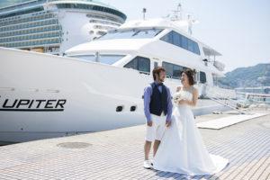 船の前にたつ新郎新婦
